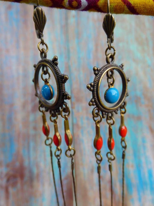 Boucles d'oreilles pendantes orientales bohèmes en métal bronze à sequins rouges et bleu canard.
