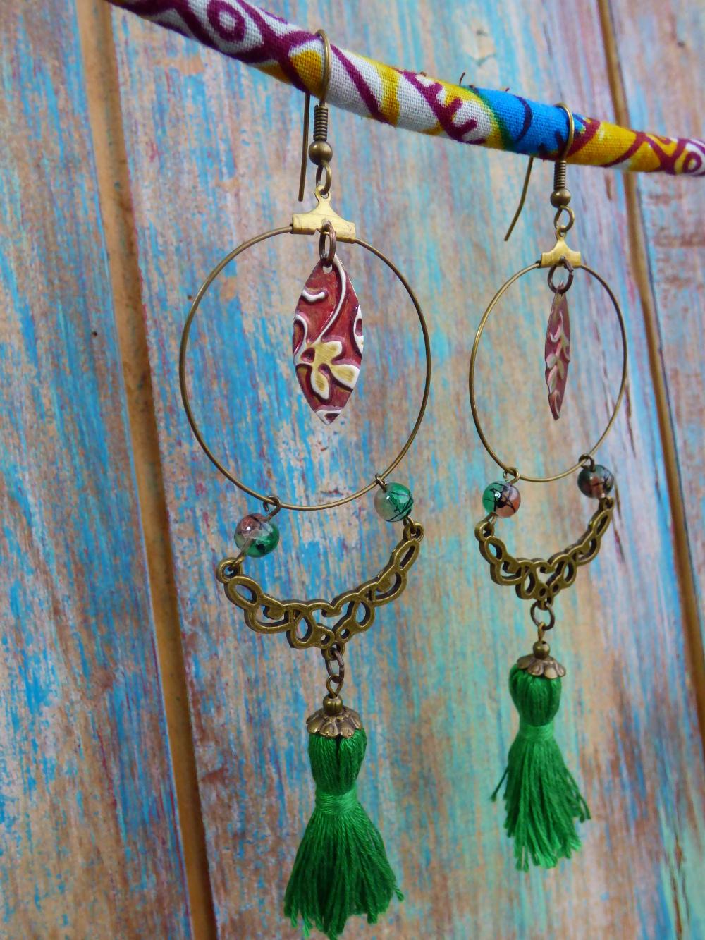 Boucles d'oreilles créoles orientales bohèmes à pompons verts et arabesques bronze.