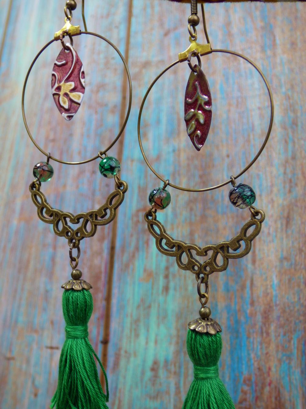 Boucles d'oreilles créoles orientales bohèmes à pompons verts et arabesques bronze .
