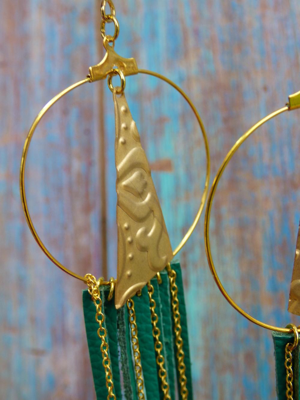Boucles d'oreilles créoles orientales bohèmes dorées en cuir vert et chaînes