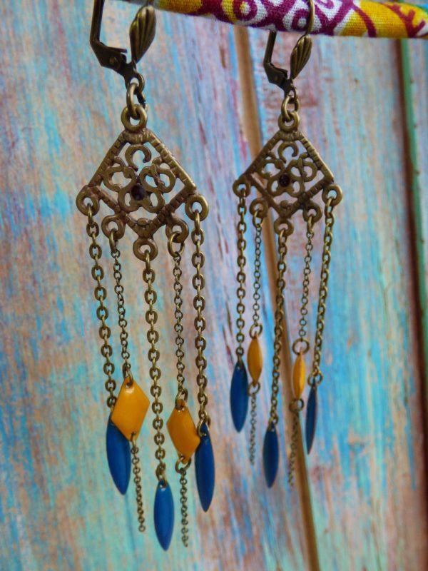 Boucles d'oreilles pendantes orientales bohèmes bronze à sequins émaillés jaune et bleu.