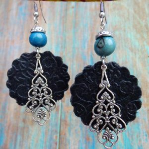 Boucles d'oreilles ethniques en cuir noir et métal argenté vieilli