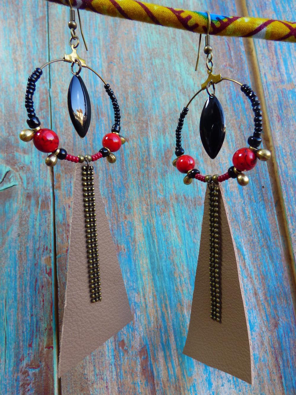 Boucles d'oreilles créoles ethniques tribales en cuir marron et perles rouges et noires.