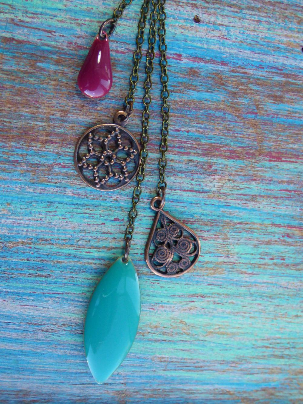 pendant chaînettes bronze, breloques cuivré vieilli et sequins émaillés turquoise et framboise.