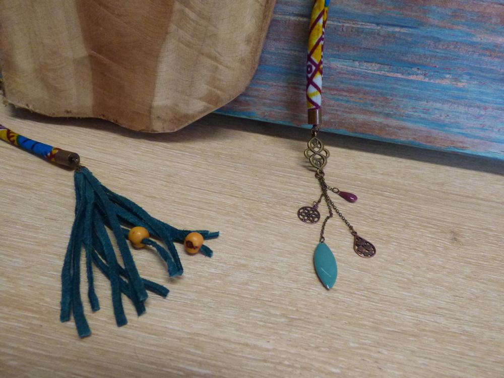 pompon en lacet de cuir suédine bleu et pendant arabesque bronze
