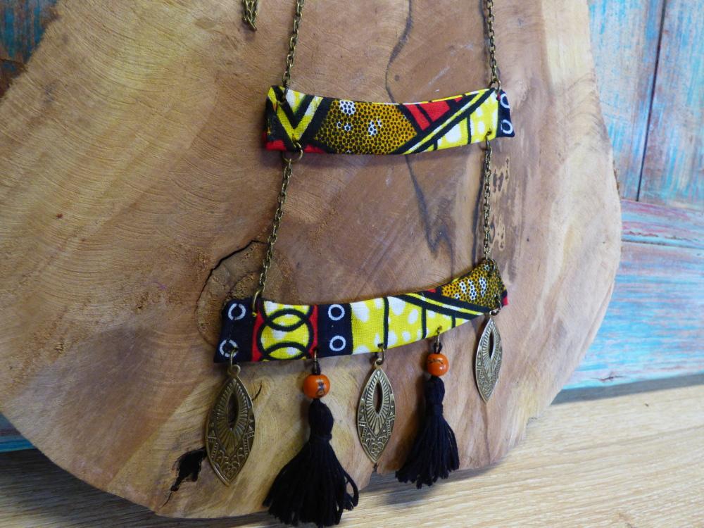 Sautoir ethnique à pompons noirs et wax.