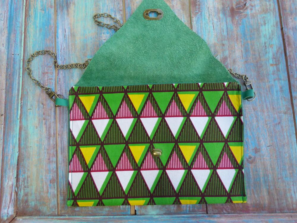 Pochette enveloppe ethnique chic en cuir vert et wax graphique