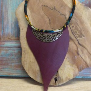 Plastron ethnique en cuir prune, cordon wax et métal bronze
