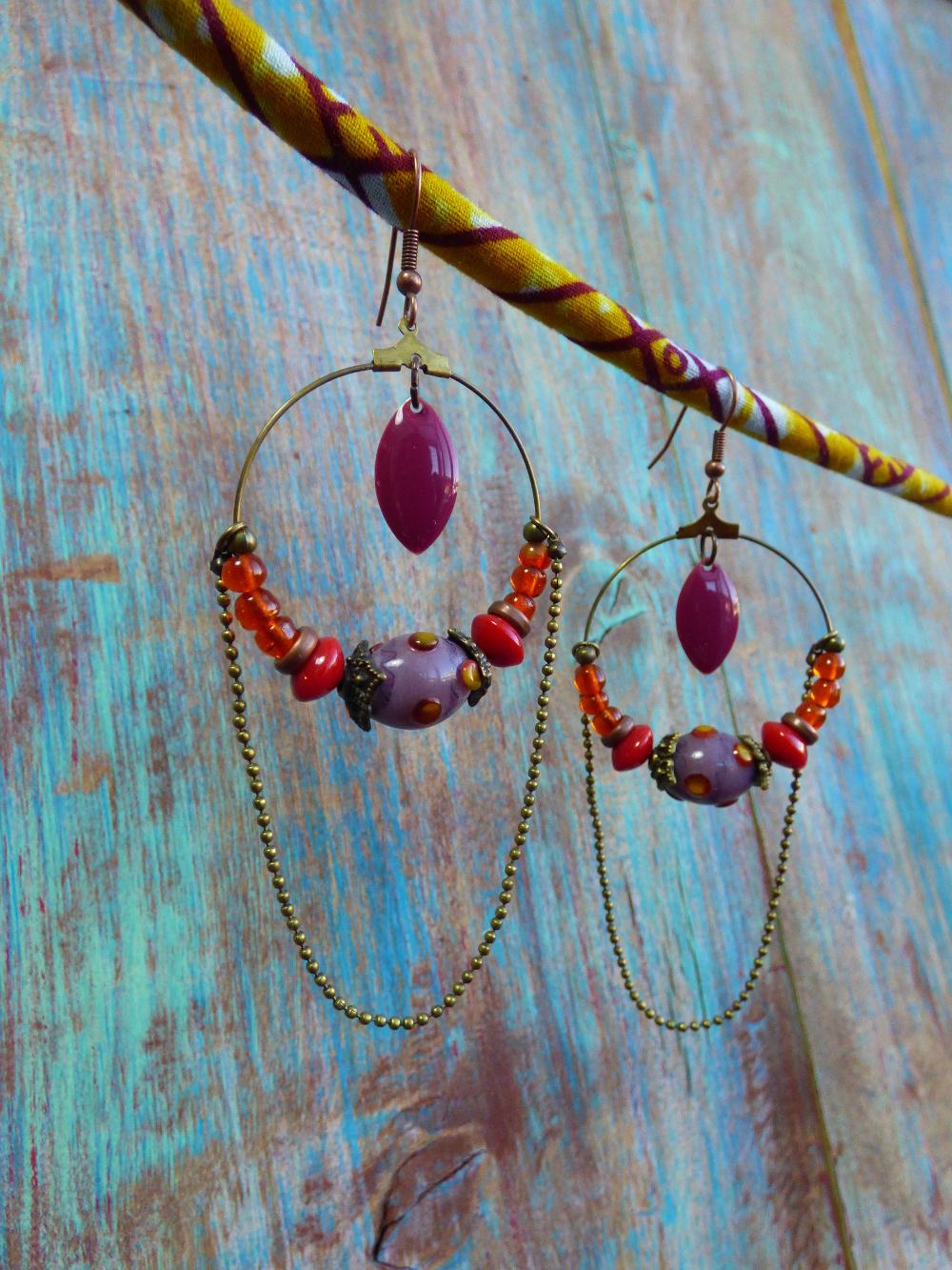 Boucles d'oreilles créoles ethniques bronze à perles indiennes, sequins émaillés et chaîne à bille.
