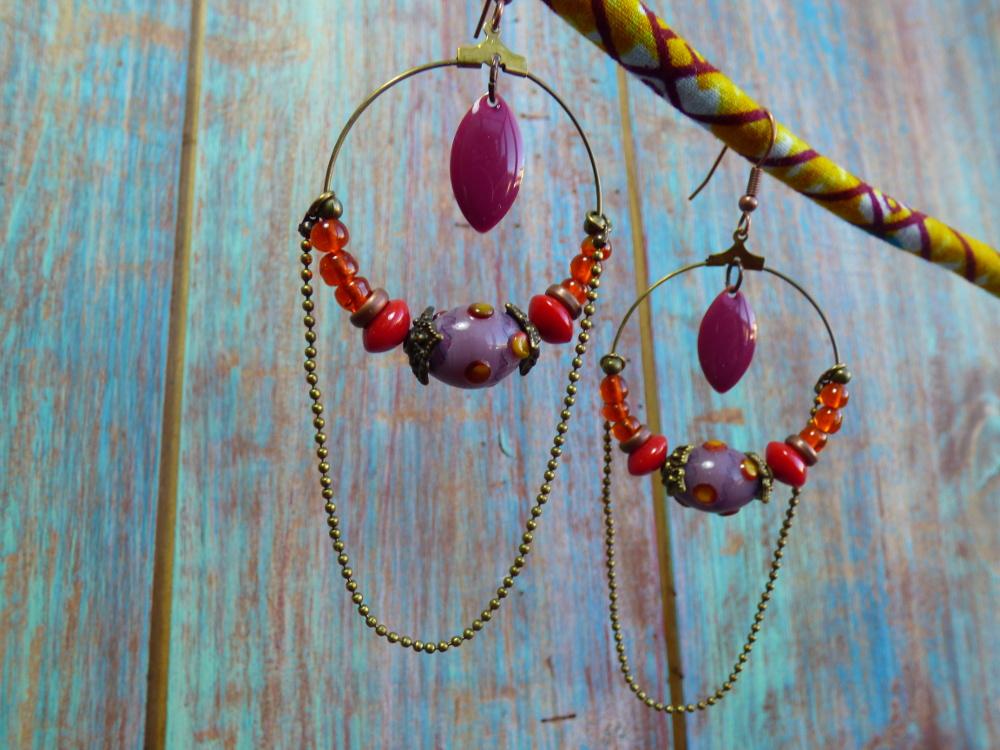 Boucles d'oreilles créole ethniques bronze à perles indiennes, sequins émaillés et chaîne à bille.