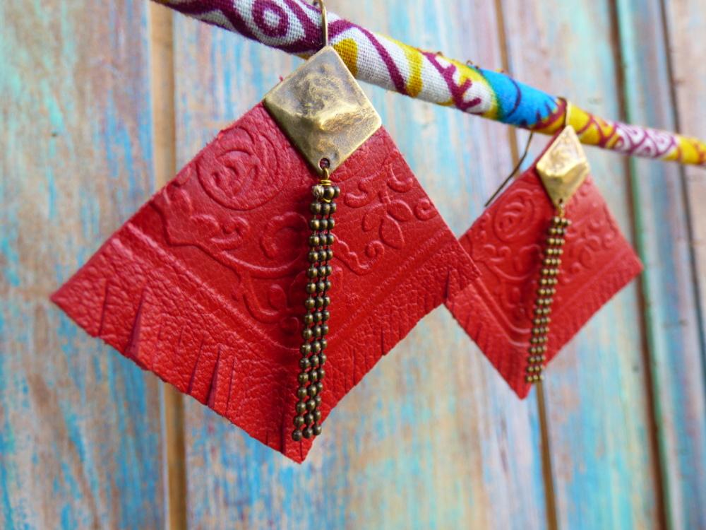 Boucles d'oreilles ethniques en cuir framboise