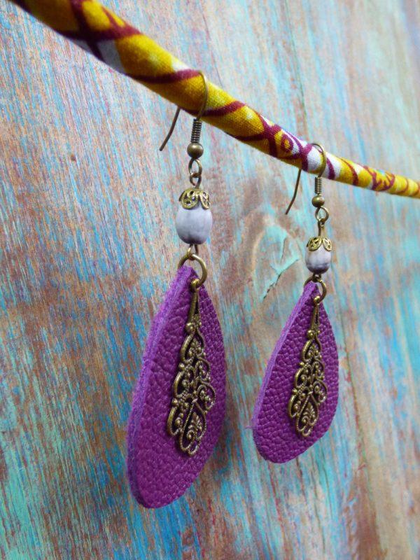 Boucles d'oreilles ethniques orientales en cuir prune ,graine et estampes en métal bronze.