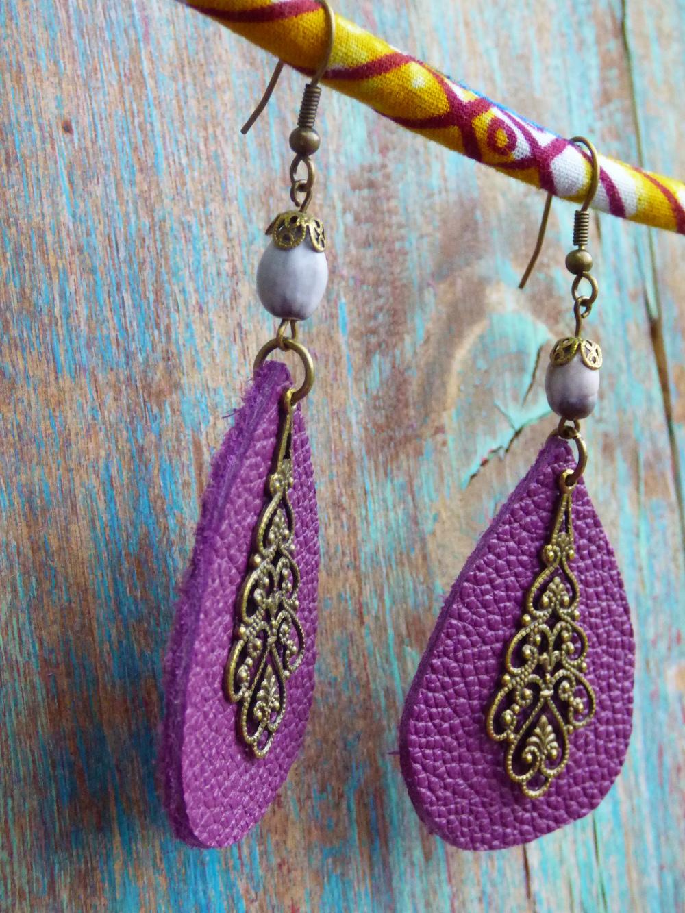 Boucles d'oreilles ethniques orientales en cuir prune, graine et estampes en métal bronze.