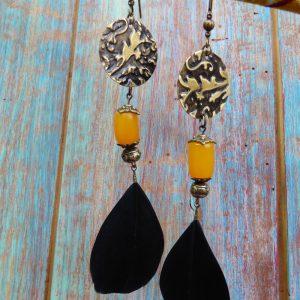 Boucles d'oreilles orientales bohèmes laiton,plumes et perles marocaines .
