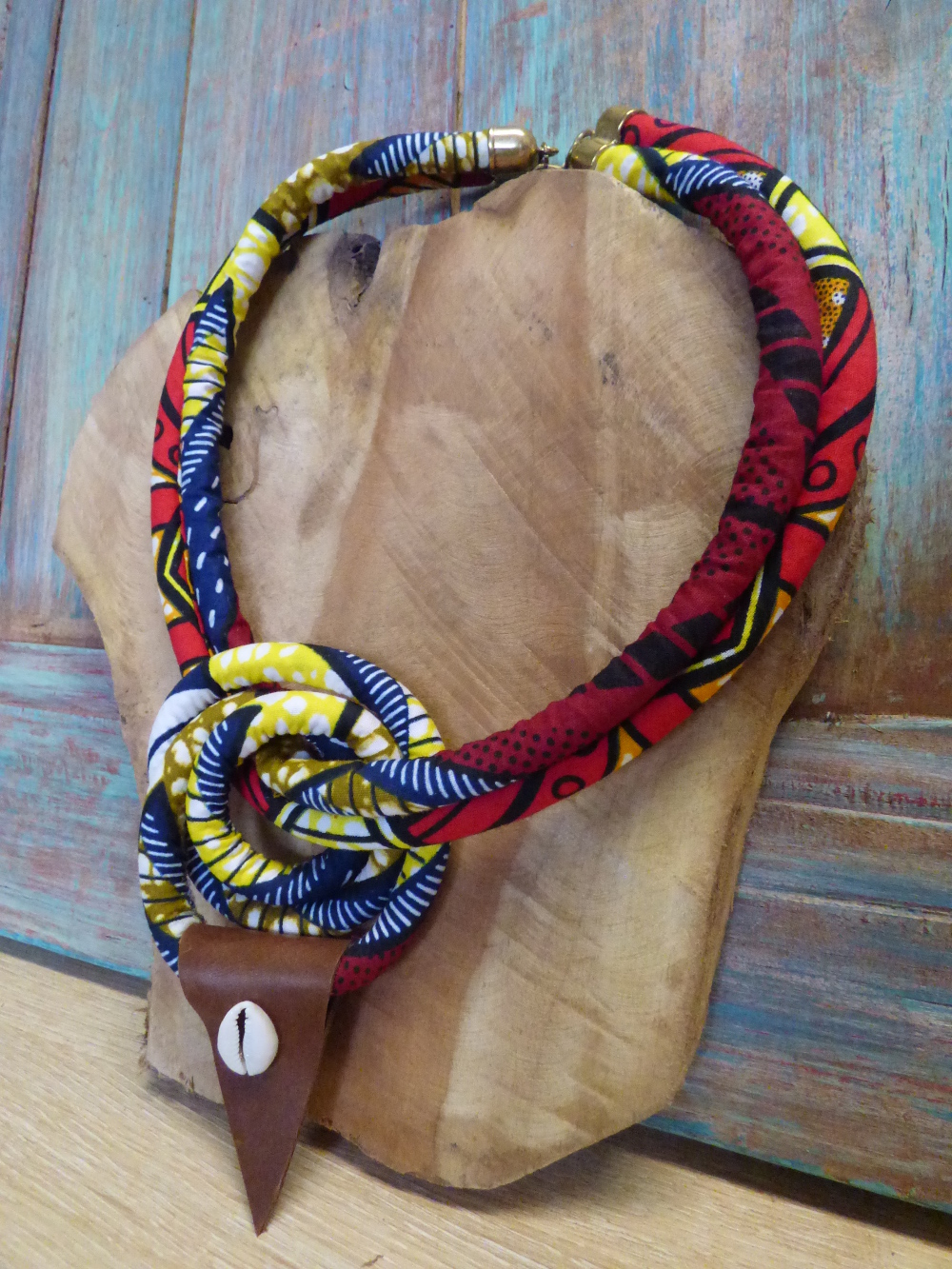Collier ethnique tribal à gros nœud en cordon wax, cuir et cauri