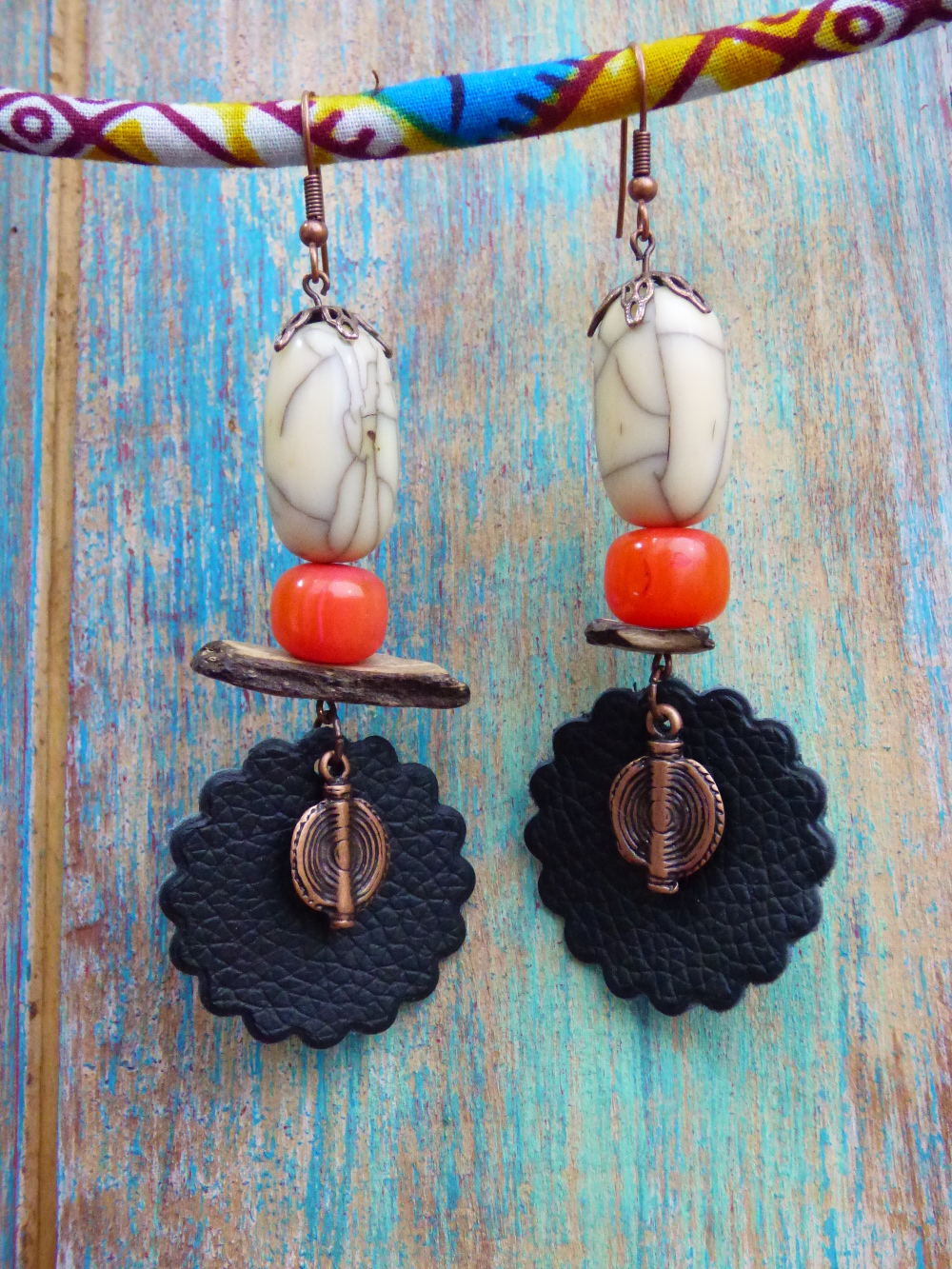 Boucles d'oreilles ethniques tribales cuir, perles marocaines, éclats de coco et métal cuivré vieilli.