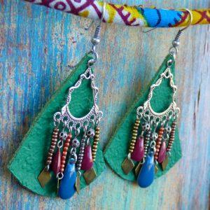 Boucles d'oreilles ethniques orientales en cuir vert, perles de rocailles, sequins, métal argenté vieilli.